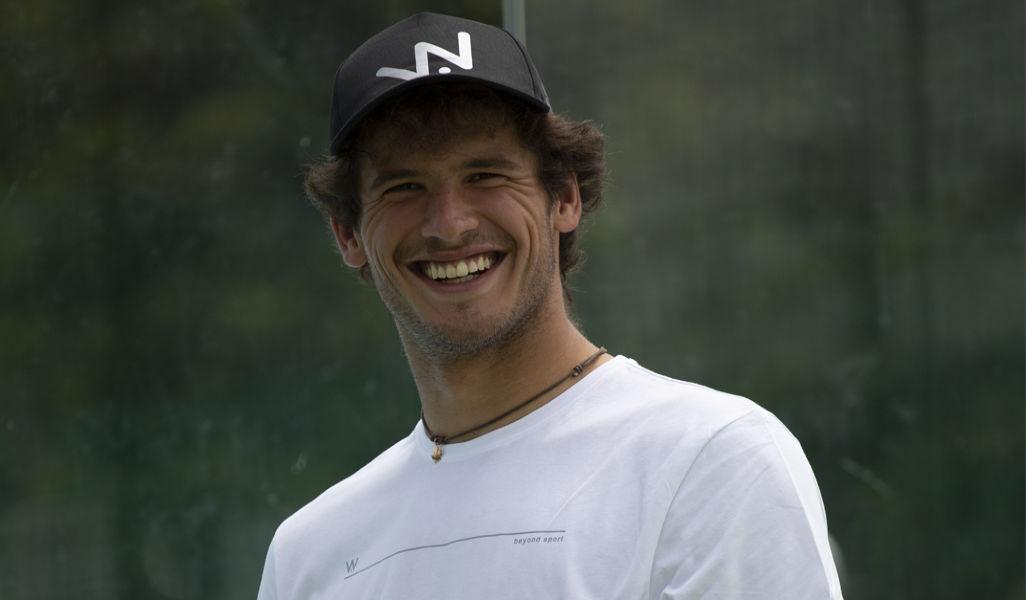 Foto di una giocatore di padel che indossa il cappellino Bob